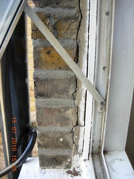 f1579-dscn2380-gap-at-window
